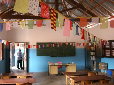 O interior de uma sala de aulas.